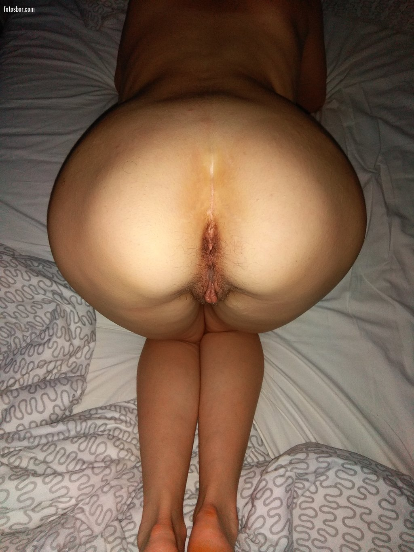 Телочка складывается вдвое, чтобы дырка открылась шире - порно фото