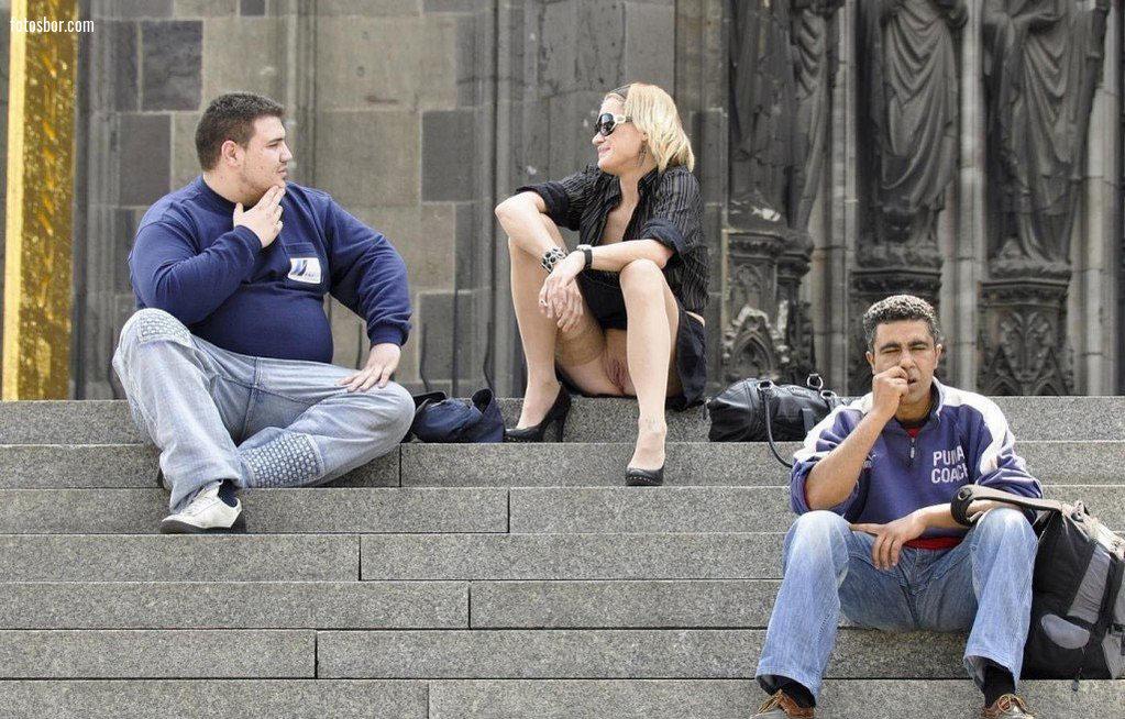 сидит на ступеньках без трусиков фото - 1